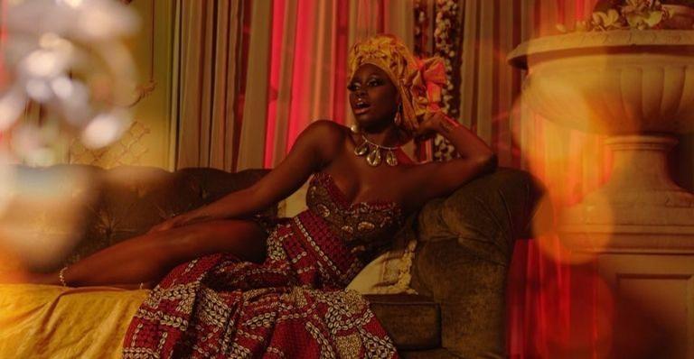 Com referências à cultura senegalesa, a cantora realiza sua estreia com uma enorme produção